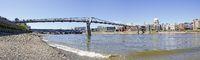 Panorama der Themse bei Ebbe mit Millenmium Bridge