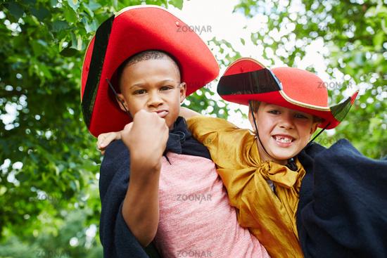 Zwei Kinder im Piraten Kostüm zu Karneval