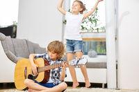 Junge spielt Musik auf Gitarre
