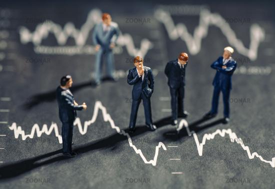 Geschäftsmänner und fallende Börsenkurse