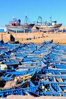 die blauen Fischerboote im Hafen von Essaouira Marokko