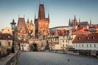 Sonnenaufgang in Prag auf der Karlsbrücke