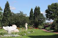 Blütenpracht und Skulpturen im Kurpark von Eckernförde