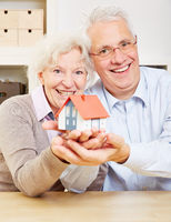 Senioren halten ein Haus