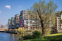 berlin, deutschland  - 09.04.2019 - idylle am landwehrkanal in berlin charlottenburg
