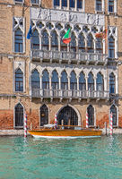 Fassade der Universitaet Ca Foscari am Canale Grande in Venedig
