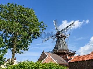 Windmühle im Runddorf Rysum in Ostfriesland, Niedersachsen, Deutschland