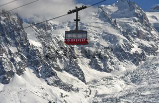 Leere Kabine der Brevent Seilbahn vor dem Montblanc Massiv,Chamonix, Hochsavoyen, Frankreich