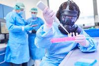 Weibliche Chemikerin bei Covid-19 Impfstoff Forschung
