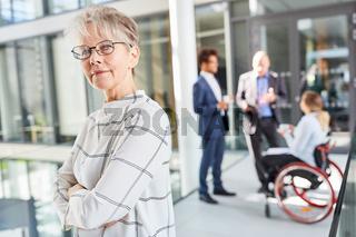 Ältere Geschäftsfrau als selbstbewusste Chefin