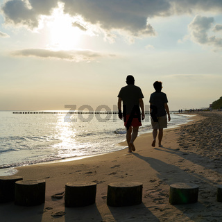 Urlauber am Strand der polnischen Ostsee bei Rewal