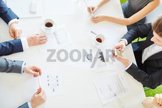Business Team beschäftigt mit Statistik