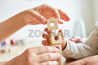 Senioren beim Bausteine stapeln als Therapie