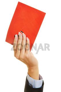 Hand hält roten Brief nach oben