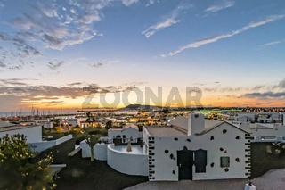 Sonnenuntergang in Playa Blanca auf der kanarischen Insel Lanzarote