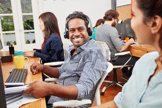 Mann in Indien im Callcenter als Kundendienst Support