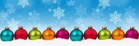 Weihnachten viele bunte Weihnachtskugeln Banner Textfreiraum Copyspace Dekoration Schneeflocken Schnee Winter