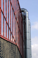 Lüftungsrohre an der modernen Fassade eines Gebäudes