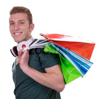 Junger Mann mit Kopfhörern beim Shoppen