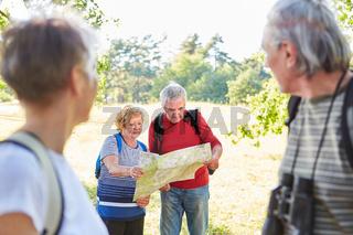 Senioren mit Wanderkarte auf einer Wanderung