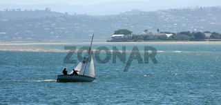 Kleines Segelboot auf der Lagune des Knysna Rivers