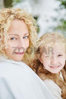 Mutter und Tochter mit blonden Locken