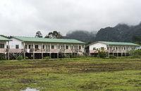 Von der Regierung gesponserte Wohnhäuser eines Umsiedlungsprojekts für die indigene Volksgruppe der Penan in einem Penan-Dorf in der Nähe des Flusses Melinau
