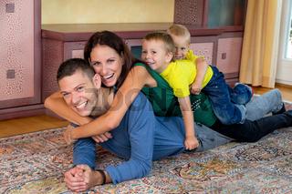 Familie liegt auf dem Boden