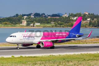 Wizzair Airbus A320 Flugzeug Flughafen Korfu in Griechenland