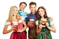 Freunde beim Oktoberfest mit Bier und Brezn