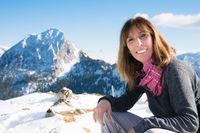 Frau beim Wandern im Winter