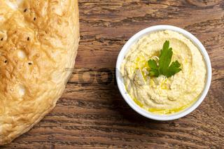 arabischer Humusaufstrich mit Brot