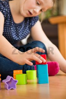 Maedchen beim spielen mit Baukloetzen