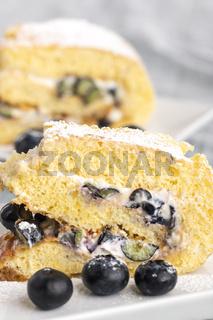 Biskuitroulade Kuchen mit Heidelbeere