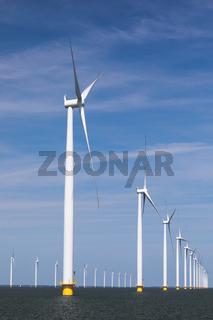 Offshore-Windpark vor blauemn Himmel im IJsselmeer