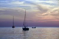 Segelboote im Sonnenuntergang ankernd