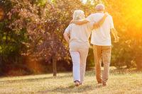 Zwei Senioren gehen spazieren im Sommer