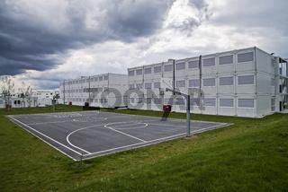 Schulcontainer und Sportplatz
