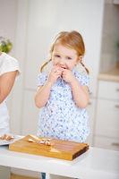 Kind isst Osterei in der Küche