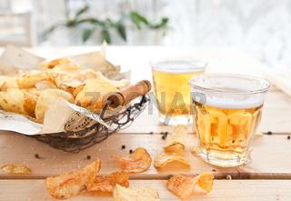 Vintage Drahtkorb mit Chips und Bier