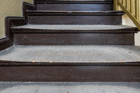 abgenutzte Holzstufen Holztreppe