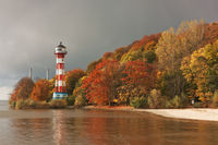 Herbst an der Elbe bei Hamburg mit dem Leuchtturm Wittenbergen
