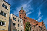 bernau bei berlin, deutschland - 30.04.2019 - plattenbau und kirche sankt marien