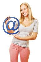 Lächelnde Frau hält Symbol für Internet