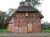 Blick auf ein restauriertes Altes Bauernhaus mit Reetdach in Mecklenburg-Vorpommern