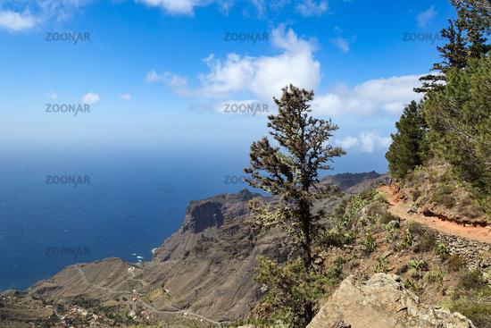 Schroffer Höhenweg im Nordwesten der Insel La Gomera (unten liegt Taguluche)
