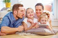 Familie spielt zusammen mit Tablet PC
