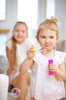 Kleines Kind pustet Seifenblasen