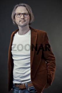 Hipster mit Brille in Cordjacke