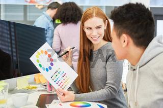 Junge Frau als Grafikdesigner mit Farbkreis